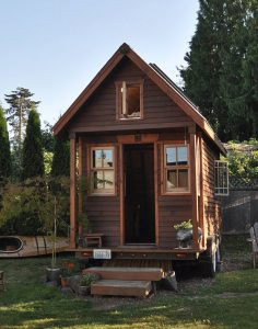 tiny_house_in_yard_portland
